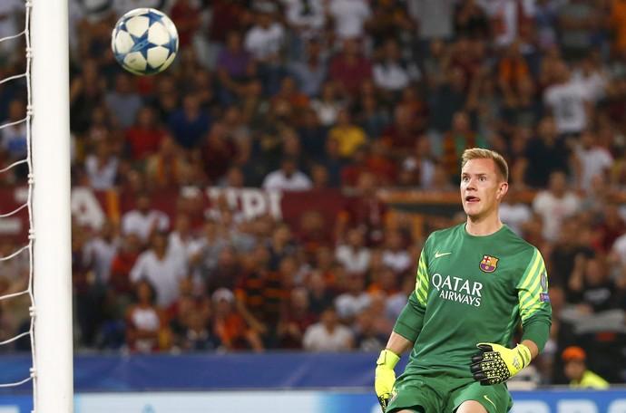 Ter Stegen vê bola entrar gol Roma x Barcelona (Foto: REUTERS/Tony Gentile)
