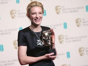 Cate Blanchett segura prêmio de melhor atriz, por 'Blue Jasmine' (Foto: Joel Ryan/Invision/AP)