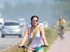 De shortinho, Bruna Marquezine anda de bicicleta no Rio