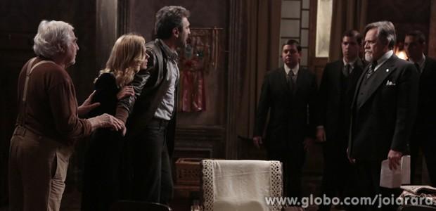 Iolanda tenta fugir com Mundo, mas Ernest flagra os dois no cortiço (Foto: Fábio Rocha / Tv Globo)