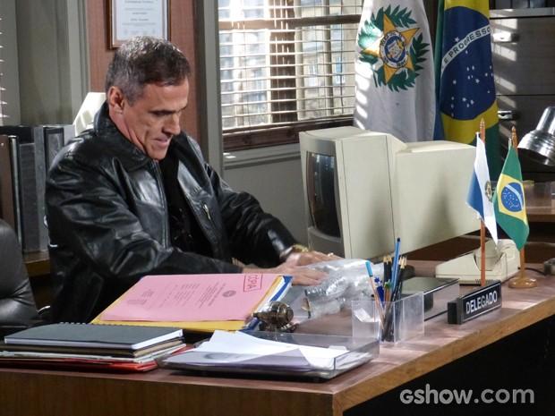 Aroeira chega à delagacia com material apreendido na loja (Foto: Geração Brasil/TV Globo)