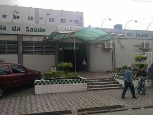 A vítima foi encaminhada para o Hospital Municipal de São Vicente (Foto: Rafaella Mendes/G1)