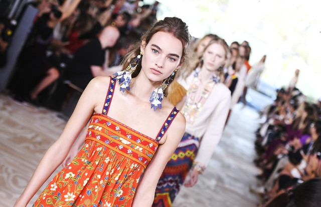 NEW YORK, NY - SEPTEMBER 13:  Models walk the runway at the Tory Burch Fashion Show during New York Fashion Week at the Whitney Museum of American Art on September 13, 2016 in New York City.  (Photo by Slaven Vlasic/Getty Images for Tory Burch) (Foto: Getty Images for Tory Burch)