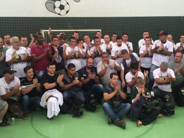 Cinegrafistas fazem homenagem a Ari Júnior durante velório em Goiânia, Goiás (Foto: Fernando Vasconcelos/ GloboEsporte.com)
