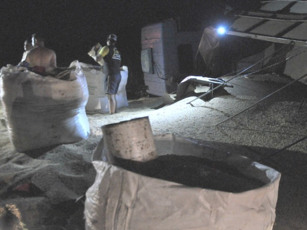 Cinco homens trabalharam para recolher a soja na pista (Foto: Juliene Katayama/G1 MS)