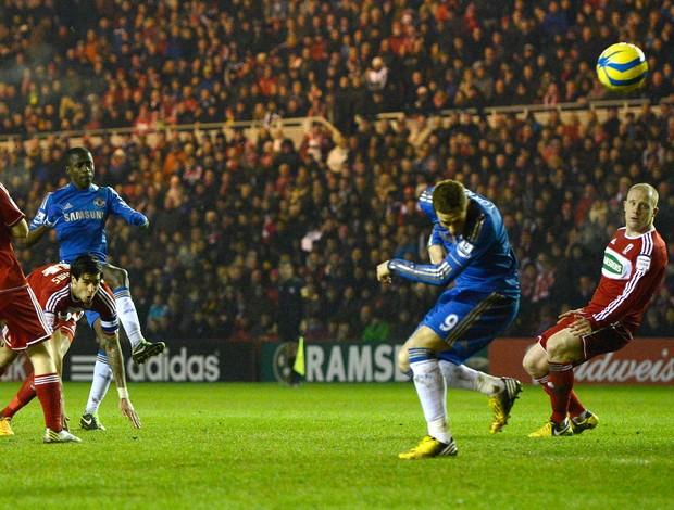 Ramires chuta para marcar gol do Chelsea sobre o Middlesbrough (Foto: Reuters)