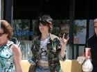 Filha de Michael Jackson usa short curtinho e look estiloso em passeio