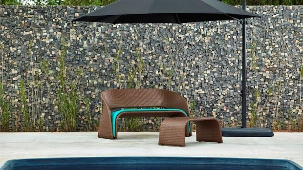 No sof Marapendi, criao do estdio Lattoog para a Lider Interiores, o tecido d um toque de cor todo especial, podendo ir tanto na sua varanda, quanto na beira da piscina. (Foto: Divulgao/Lder)