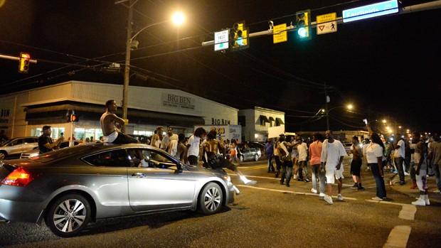 Morte de negro por policiais provocou protestos em Baton Rouge, capital de Luisiana (Foto: Hilary Scheinuk/The Advocate/AP)
