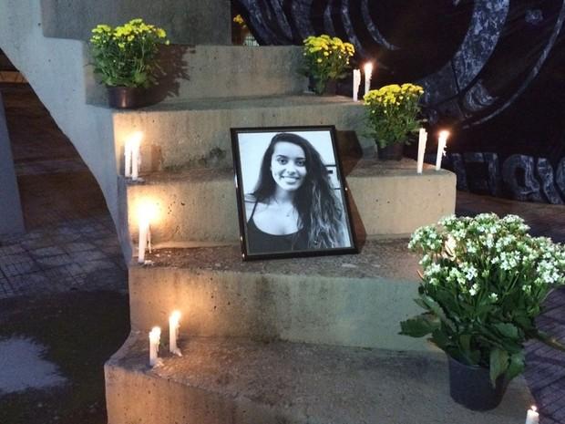 Ana Carolina, aluna do curso de psicologia da UMC, que morreu em acidente recebe homenagens de estudantes (Foto: Cristina Requena/G1)