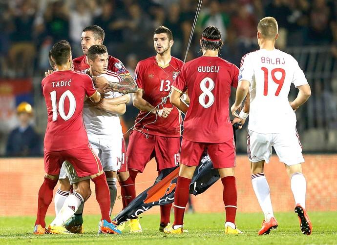 Confusão, Servia X Albânia (Foto: Agência Reuters)