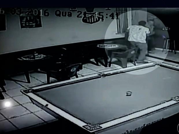 Corretor de imóveis é morto com tiro após assalto a bar, em Goiás; vídeo (Foto: Reprodução/TV Anhanguera)