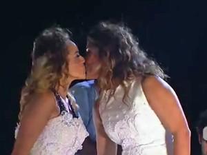 Daniela Mercury beija a mulher Malu em casamento simbólico no trio (Foto: G1)