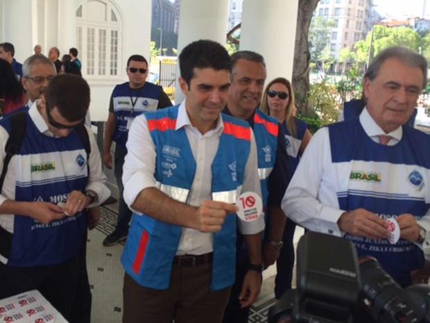 Ministro Helder Barbalho esteve no Porto do Rio em campanha contra o Aedes aegypti (Foto: Alba Valéria Mendonça/ G1)