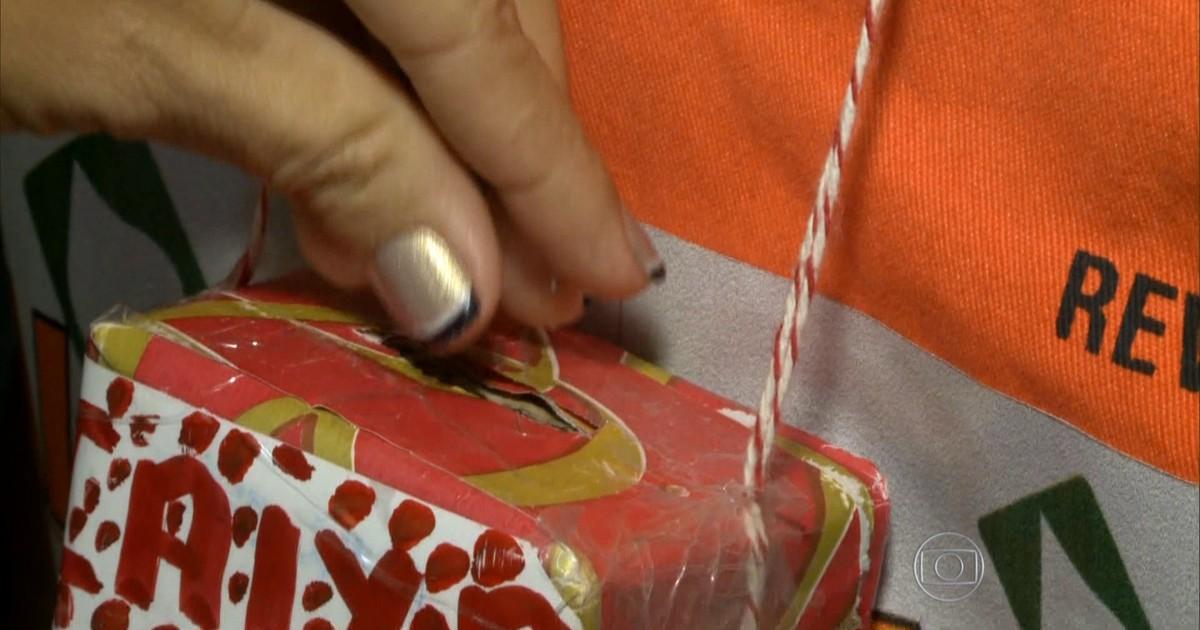 Bom Dia Brasil Funcionários Levam Caixinha De Natal Até No Pescoço