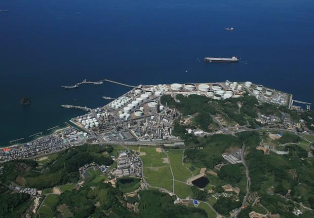 Refinaria que pertence à Petrobras na ilha de Okinawa, no Japão: venda para a Taiyo Oil Company (Foto: Reprodução/YouTube)