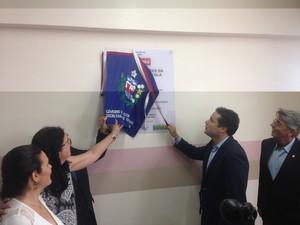 Governador Renan Filho reinaugura maternidade Santa Mônica (Foto: Roberta Cólen / G1)
