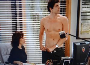 Nando mostra cicatriz para Roberta (Foto: Guerra dos Sexos / TV Globo)