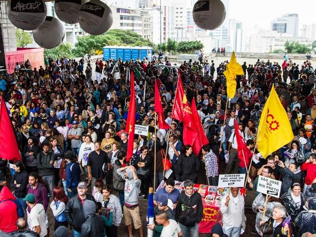 Professores estaduais em greve fazem assembleia no vão livre do MASP, na Avenida Paulista, em São Paulo (Foto: Dario Oliveira/Código 19/Estadão Conteúdo)