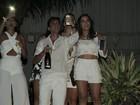 De barriga de fora, Anitta curte virada do ano com amigos em hotel no Rio