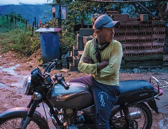 S., de 14 anos, começou na colheita de coca aos 10. (Foto: Frederico Rios Escobar/ Época )