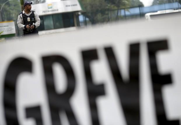 Faixa com anúncio de greve em frente à Refinaria Duque de Caxias, da Petrobras, perto do Rio de Janeiro (Foto: REUTERS/Ricardo Moraes)