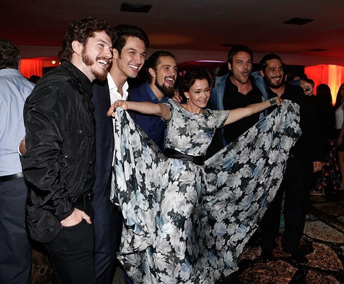 Julia Lemmertz se joga em foto com elenco masculino (Foto: Inácio Moraes/Gshow)