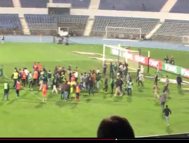 BLOG: Torcida invade o campo em Portugal, mas polícia bota todo mundo para correr