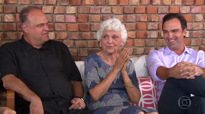 Dona Janira entre os filhos Oscar e Tadeu Schmidt (Foto: TV Globo)