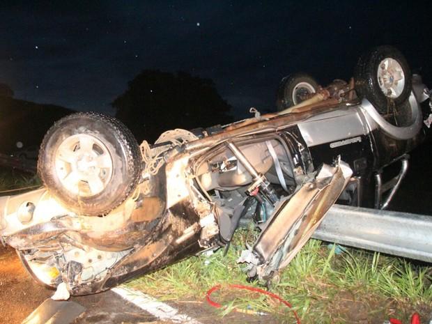 Caminhonete ficou destruída após acidente na rodovia (Foto: Gilmar Sana/Natividade FM)