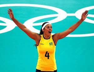 Paula Pequeno na partida de vôlei do Brasil contra os Estados Unidos  (Foto: Reuters)