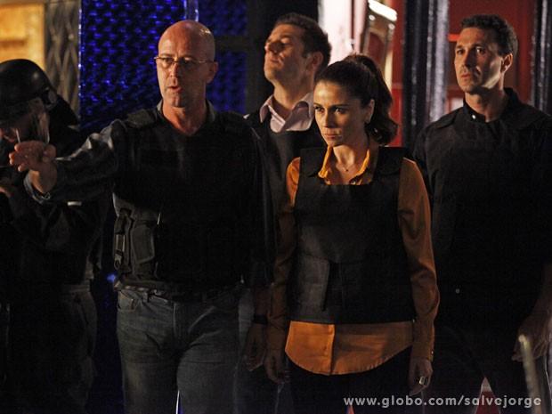 Helô e Almir comandam invasão de boate na Turquia (Foto: Salve Jorge/Tv Globo)