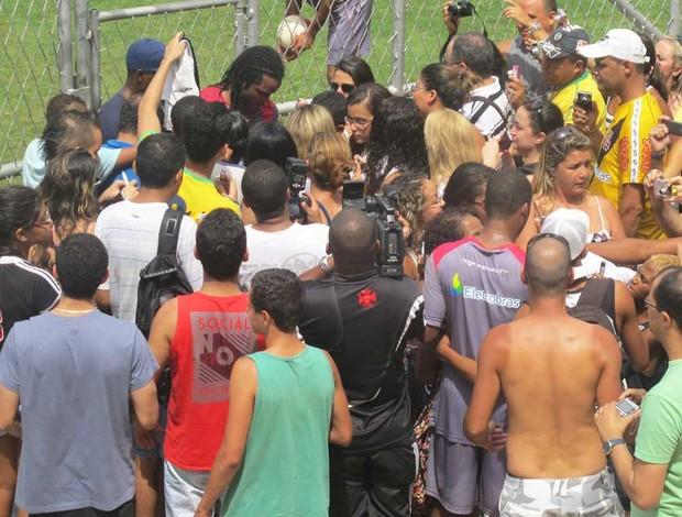 Carlos Alberto cercado por fãs em treino (Foto: Thiago Fernandes / Globoesporte.com)