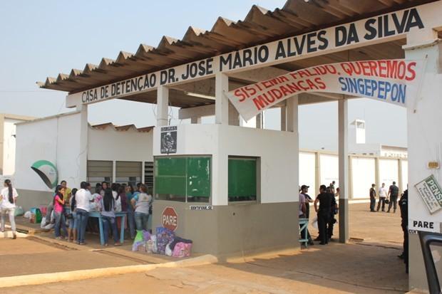 Familiares de presos aguardavam o inicio das visitas, que só ocorreu por volta das 10h30 deste sábado (22) (Foto: Larissa Vieira/GLOBOESPORTE.COM)