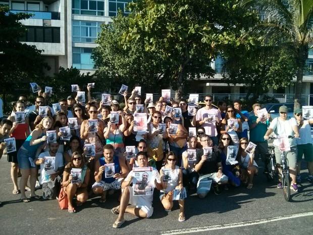 Grupo de amigos de professor de Educação Física fazem protesto na Praia do Arpoador   (Foto: Lívia Torres/G1)