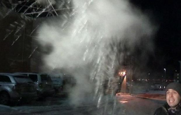 Frio faz água fervendo congelar em pleno ar em Chicago (Foto: BBC)
