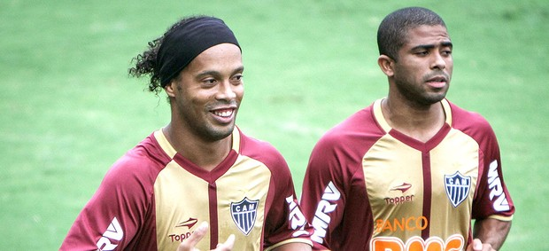 Ronaldinho e Junior Cesar no treino do Atlético-MG (Foto: Bruno Cantini / Site Oficial do Atlético-MG)
