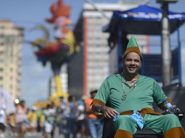Bruno Viana, 34 anos, sofreu uma lesão medular em um acidente de moto, em 2007. Desde então, precisa da cadeira de rodas. Esta é a primeira vez que sai no Galo da Madrugada.  (Foto: Luka Santos / G1 PE)