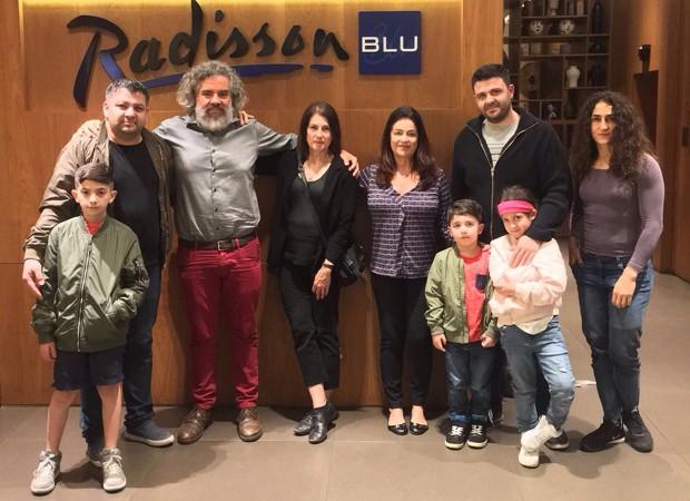 Maurício Lima e Cris De Luca ao lado da família Majid (Foto: Divulgação)