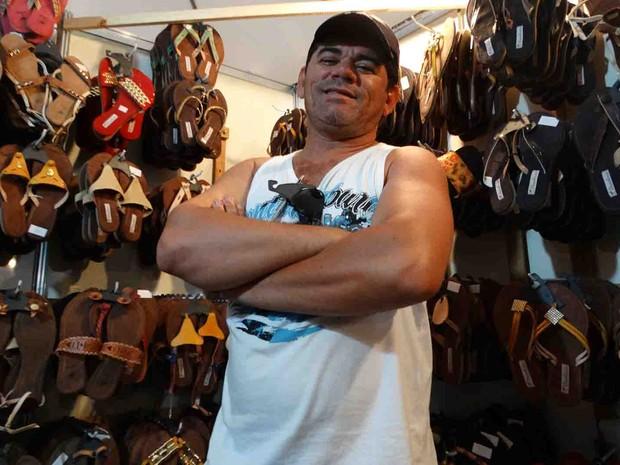O fabricante de sandálias de couro traz a mercadoria da PB para vender em Nova Jerusalém (Foto: Thays Estarque/ G1)