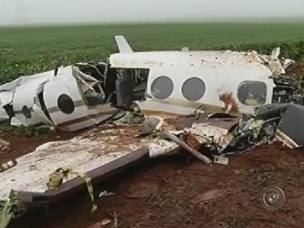 Aeronave ficou destruída depois da queda (Foto: Reprodução TV TEM)