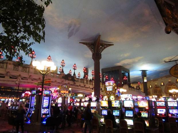 Alguns cassinos, como o do hotel Paris, têm o teto pintado como um céu azul (Foto: Flávia Mantovani/G1)