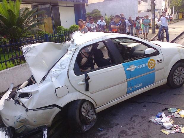 Com o impacto da batida, o táxi chegou a capotar (Foto: Enviado pelo WhatsApp)