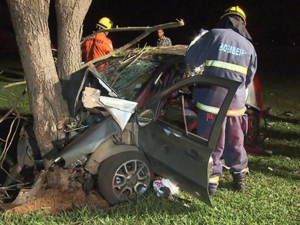 Bombeiros atuam para resgatar vítimas de acidente de trânsito na L4 Sul, em Brasília (Foto: TV Globo/ Reprodução)