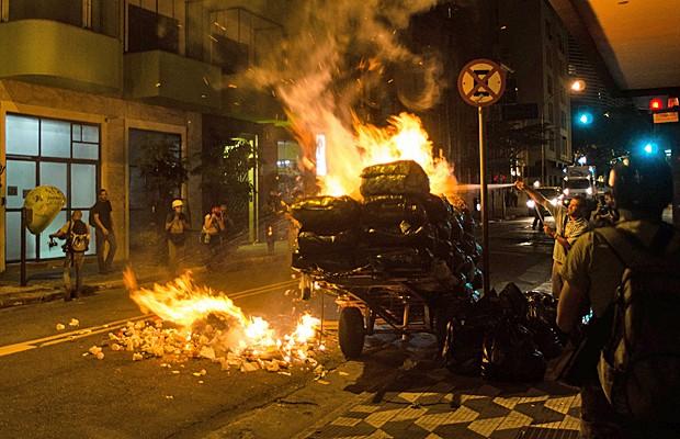 Grupo ateou fogo em rua no centro de São Paulo em protesto pela educação nesta segunda-feira (21). (Foto: Alexandre Moreira/Brazil Photo/Estadão Conteúdo)