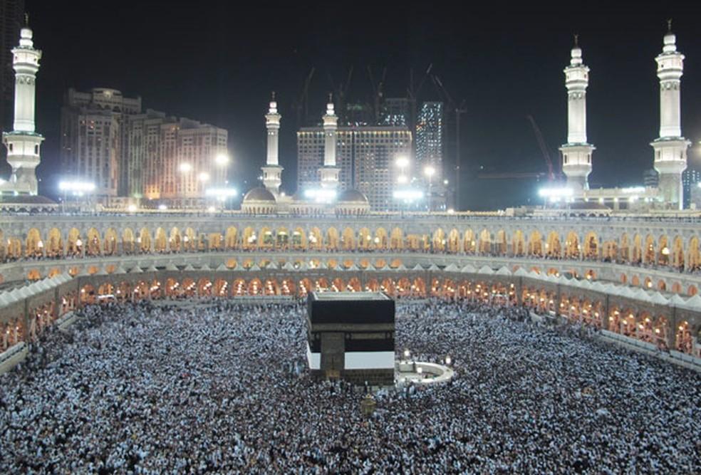 Peregrinos muçulmanos rezam dentro da Grande Mesquita na cidade sagrada de Meca, na Arábia Saudita, em imagem de arquivo (Foto: Hassan Ammar/AP)
