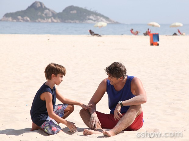 Ivan brinca com Cadu na praia  (Foto: Carol Caminha / TV Globo)