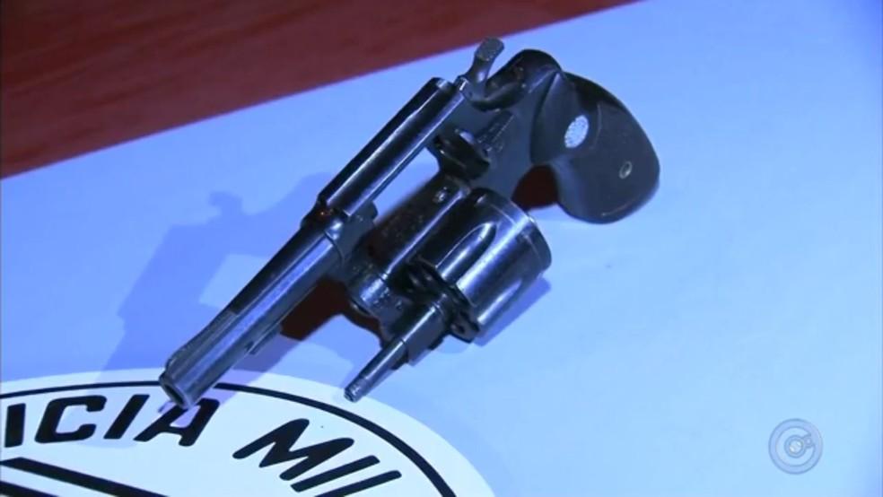 Arma encontrada dentro do carro dos suspeitos (Foto: Reprodução/TV Tem)