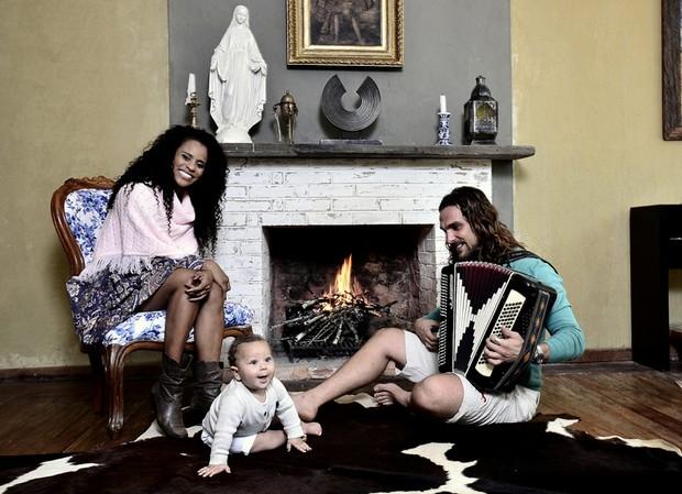 Igor Rickli e Aline Wirley posam com o filho (Foto: Roberto Teixeira / EGO)