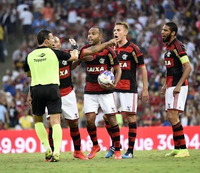Flamengo reclama da arbitragem (Foto: André Durão / GloboEsporte.com)
